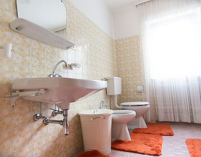 Apartment 1: bathroom